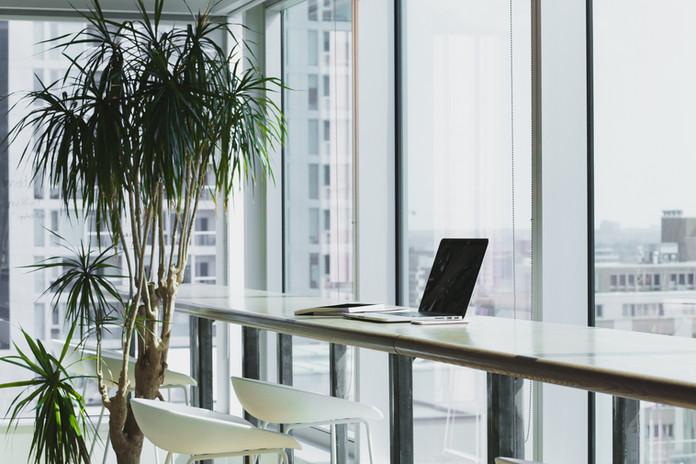 חלל משרד מודרני המשקיף על בנייני משרדים
