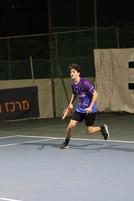 שחקן הנוער יהלי משחק טניס.jpg