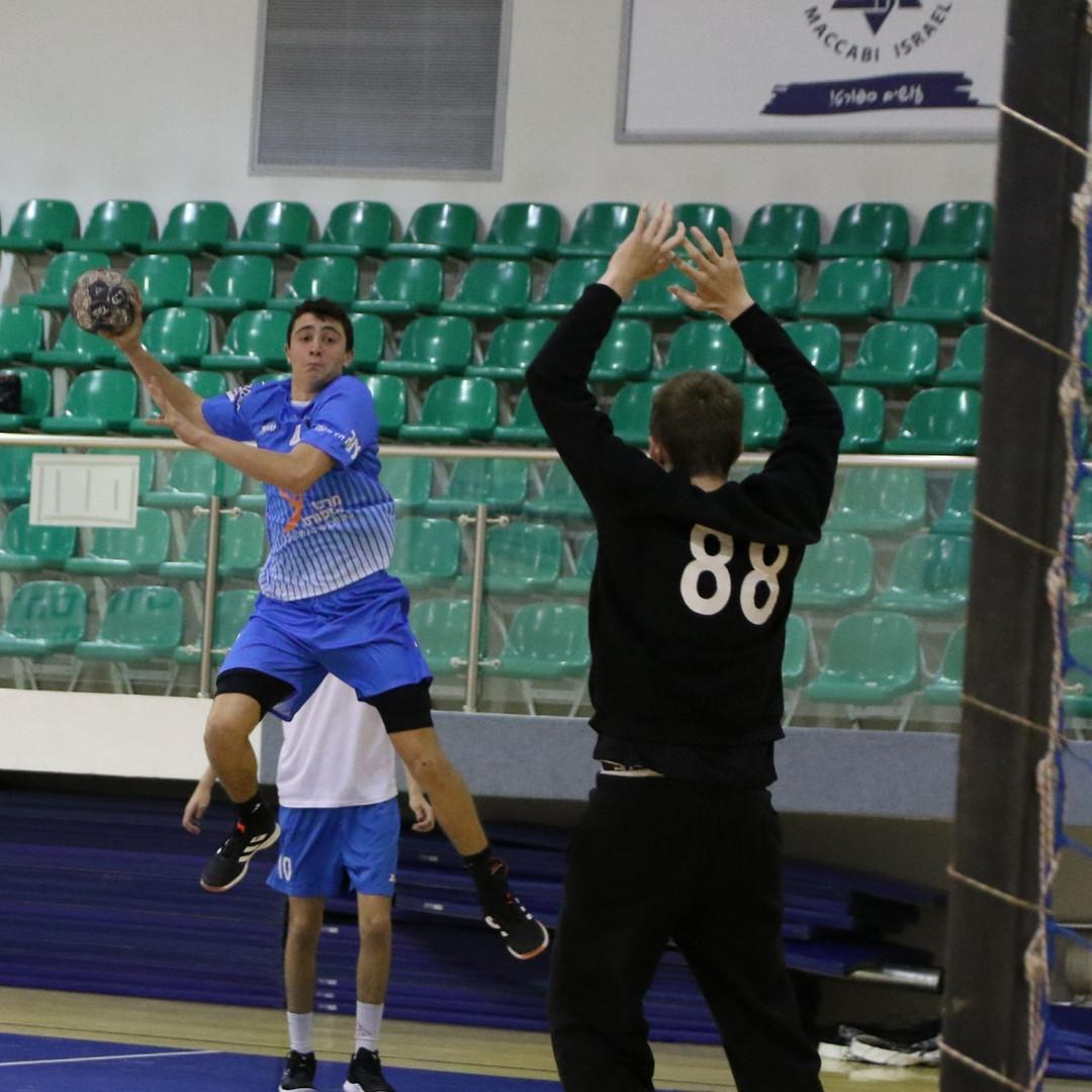 שחקן ליבוב מנסה להבקיע שער מהפינה.jpg