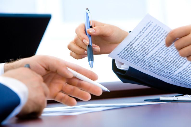 ידיים אוחזות במסמך משפטי באנגלית