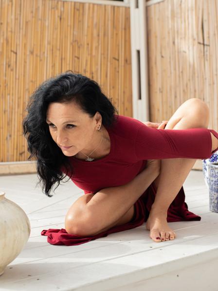 רנטה לוקאש בתנוחת יוגה.jpg