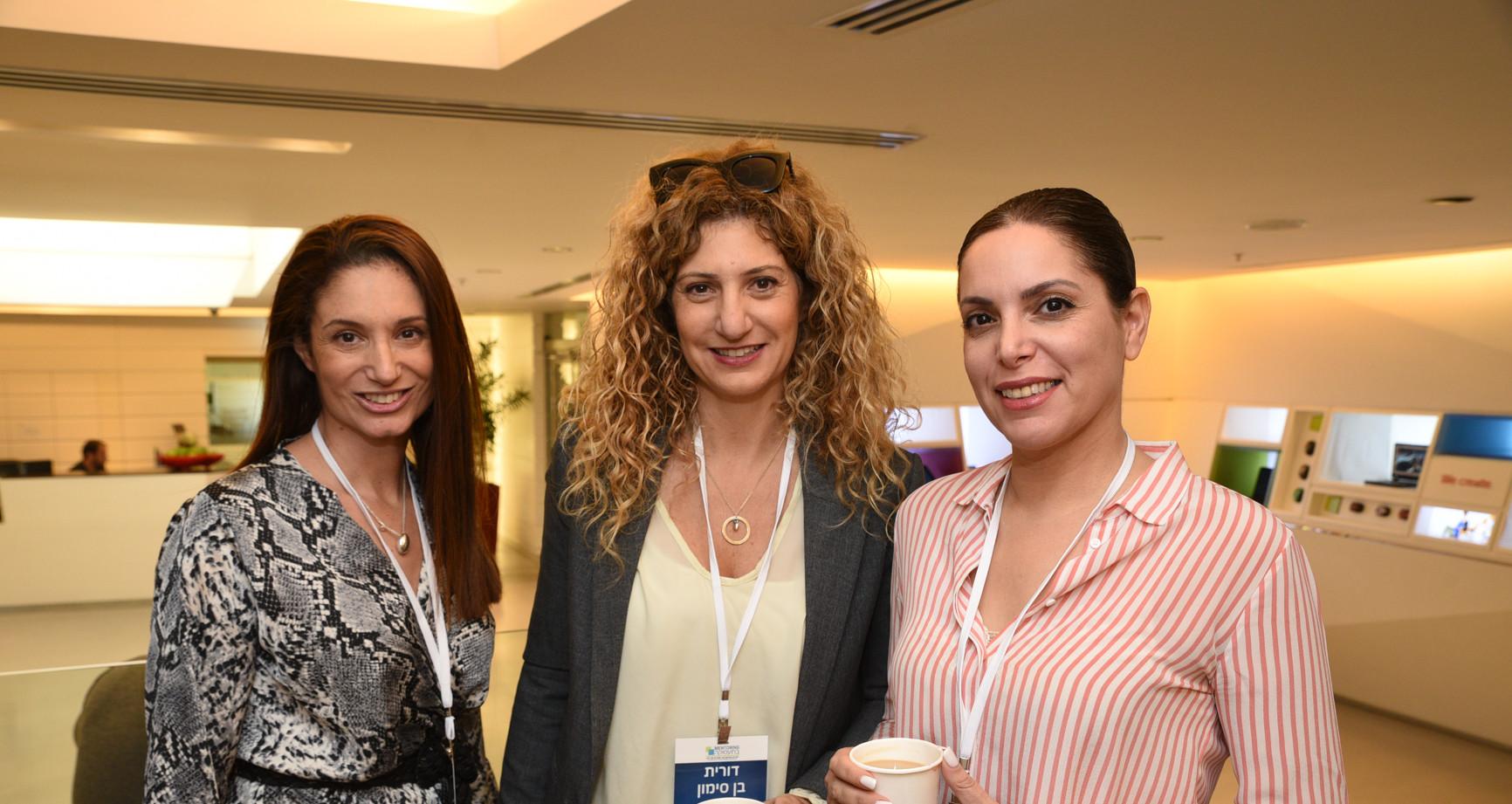 שלוש נשים עומדות אחת ליד השניה