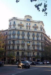 בניין מגורים עתיק בברצלונה שעליו מתנוססים דגלי קטלוניה