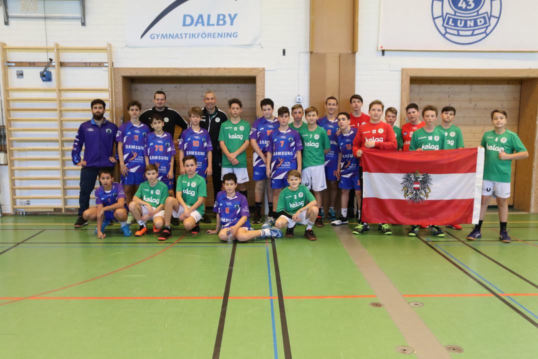 תמונה משותפת עם קבוצה אוסטרית לאחר ששחקנ