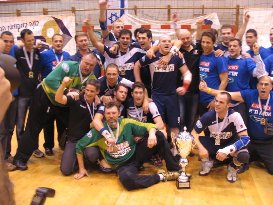 """שחקני אס""""א תל-אביב עם גביע  המדינה לשנת 2007-8.jpg"""