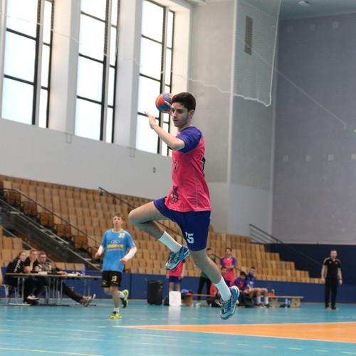 שחקן נוער אסא תל אביב מנתר תוך כדי זריקת כדור לשער שהשוער היריב מנסה להגן