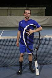ראם רוזה עם מחבט טניס ענק לאחר שניצח את
