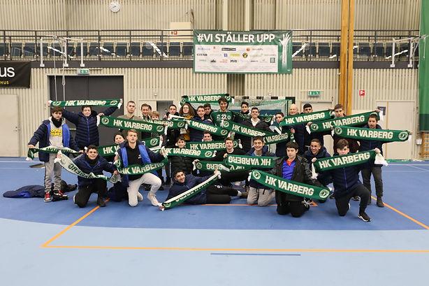 שחקני מחלקת הנוער מניפים צעיפי קבוצה מקומית בשבדיה