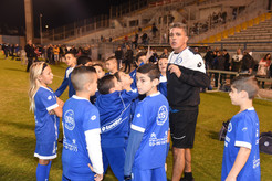 מאמן מתדרך את שחקני בית הספר לכדורגל.JPG