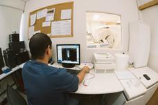 דוקטור אשר מבצע סריקת CT.jpg