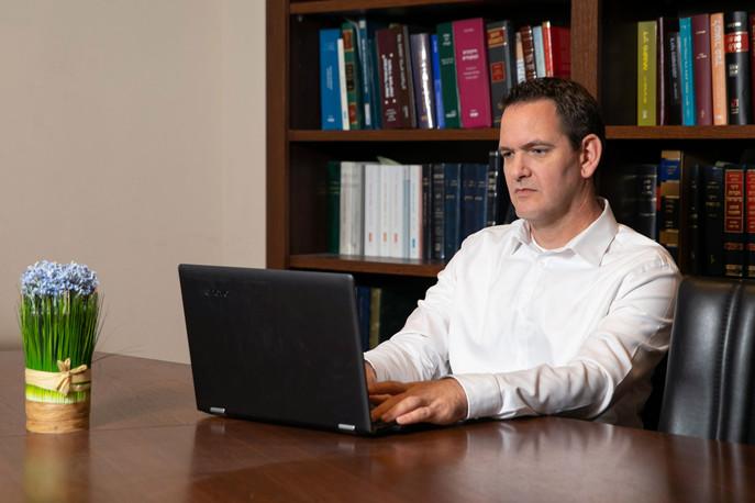 עורך דין און צוק במהלך העבודה עם מחשב ני