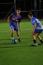 שחקני הנוער אלעד ושחר במהלך משחק כדורגל.