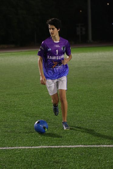 שחקן הנוער דרוקר מכדרר במהלך משחק כדורגל
