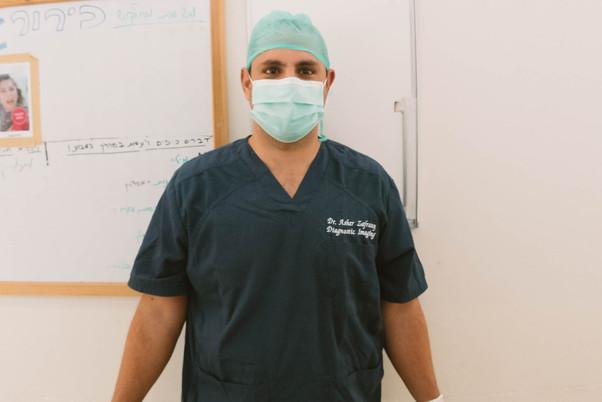 דוקטור אשר זפרני עם מסכה וכובע סטרילי (1