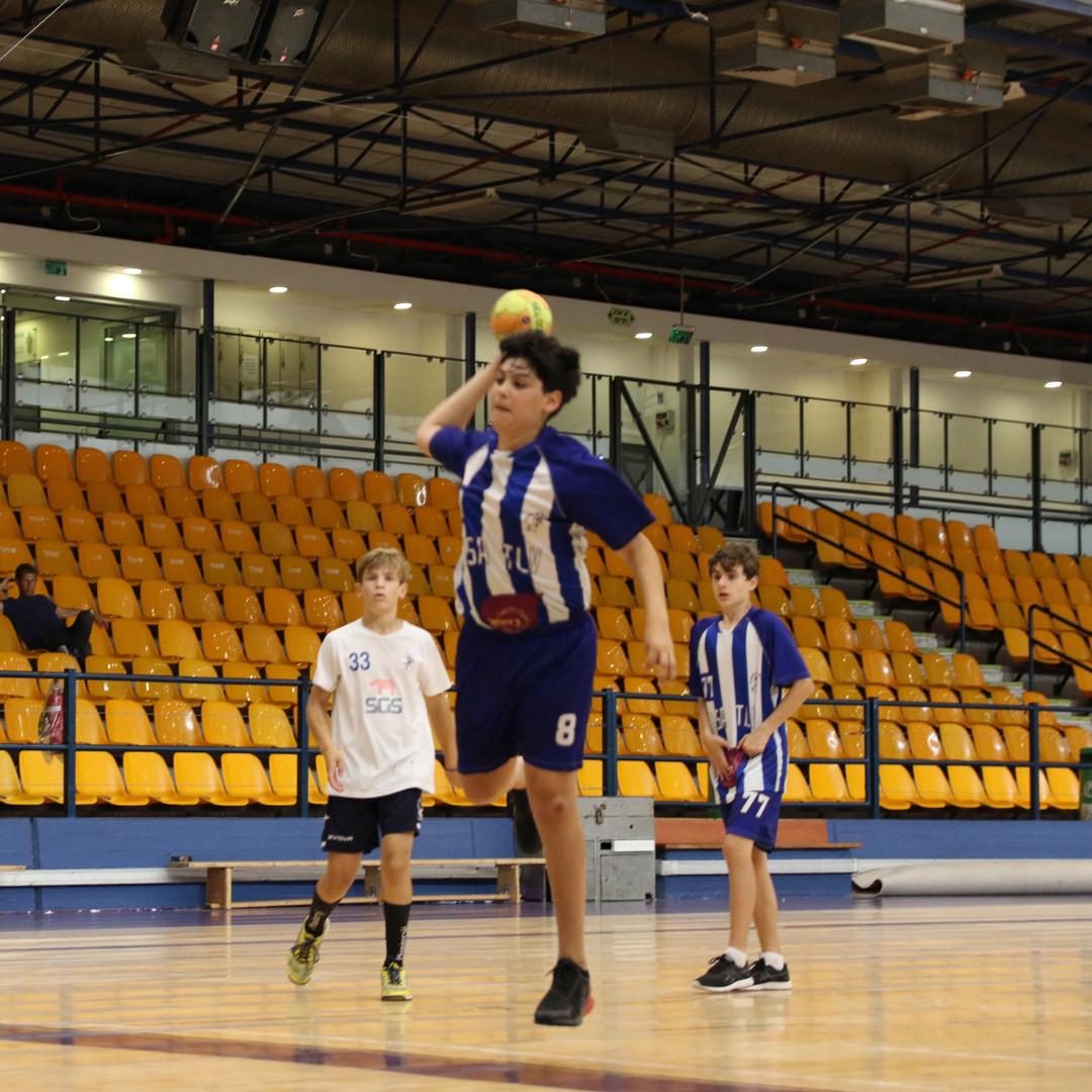שחקן נוער אסא תל-אביב זורק לשער.JPG