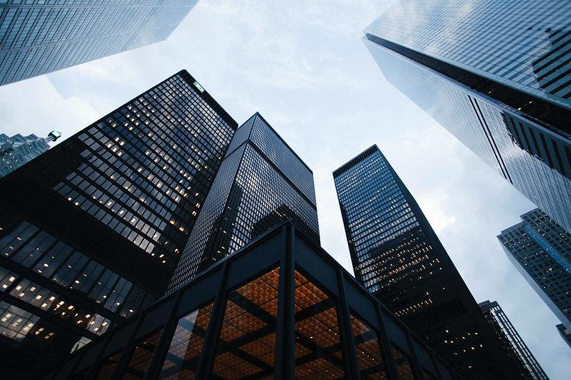 בנייני משרדים כהים בשעות בין ערביים