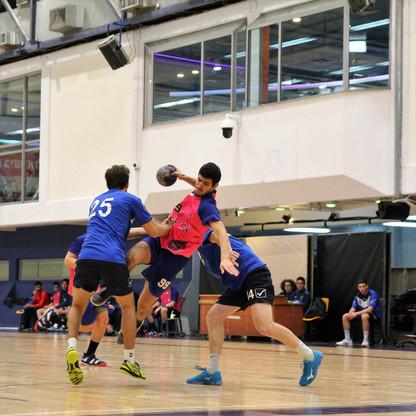 שחקן נוער אסא תל אביב קופץ בין שני שחקני הגנה