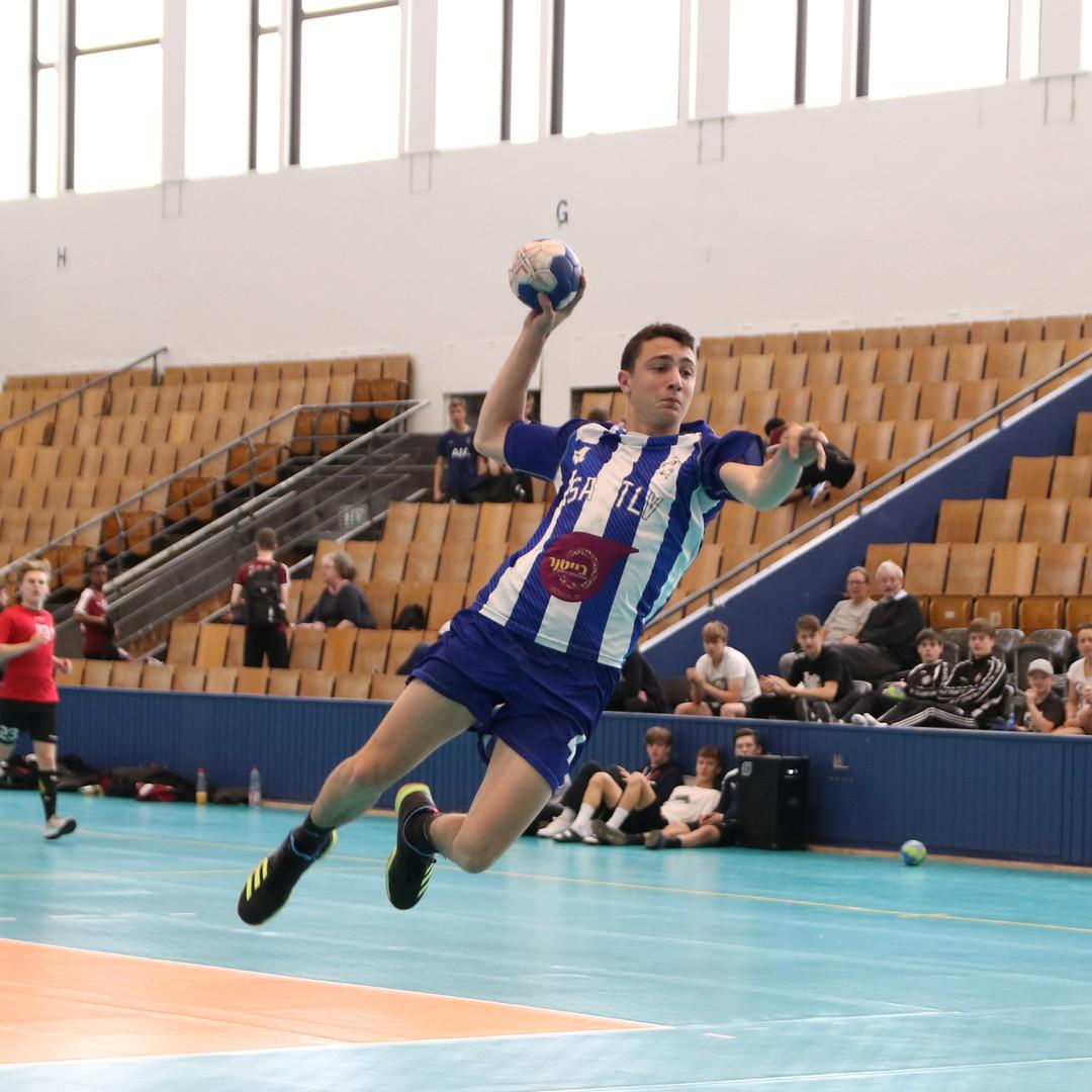 שחקן נוער אסא תל אביב מנתר לפני זריקת כדור לשער