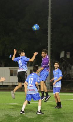 שחקני הנוער של אסא במהלך מאבק על כדור גו