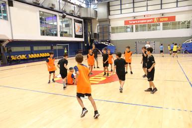 משחק במהלך אימון בבית הספר לכדוריד