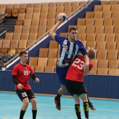 שחקן נוער אסא תל אביב קופץ מעל שחקן יריב ומנסה לאיים על השער