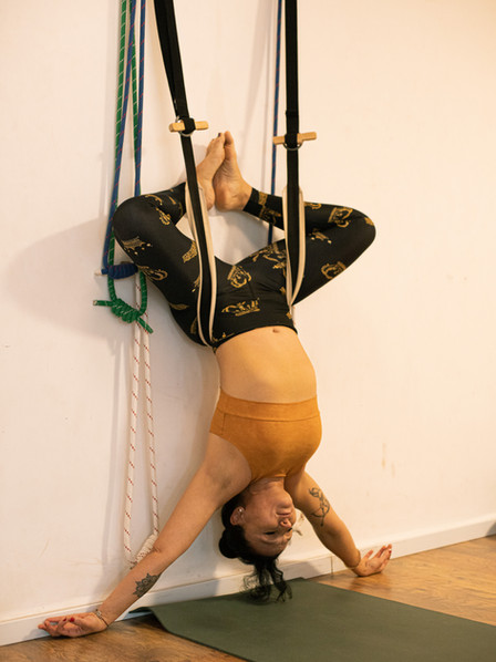 רנטה לוקאש מבצעת תנוחות איינגר יוגה.jpg