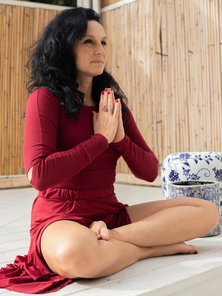 נמסטה רנטה לוקאש  בתנוחות יוגה.jpg
