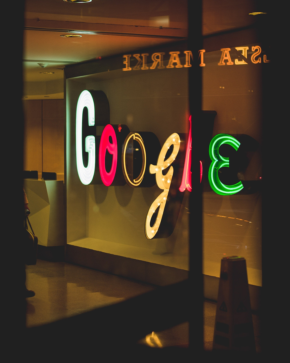 כיתוב ניאון עם לוגו חברת גוגל