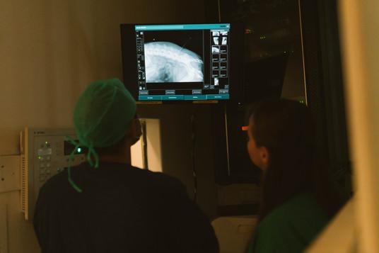 דוקטור אשר זפרני ושני הטכנאית בוחנים ציל