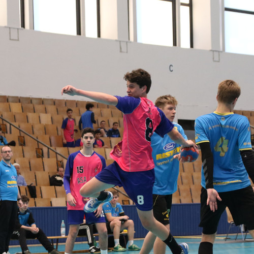 שחקן נוער אסא תל אביב מנתר תוך כדי זריקת כדור ומאחוריו שחקני הקבוצה היריבה