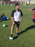 פליקס חלפון עומד עם כדור במגרש במהלך אימון