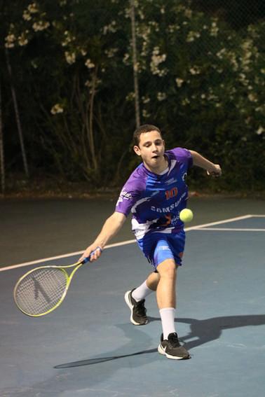 גיא אוריין משחק טניס בפעילות לילה לבן עו