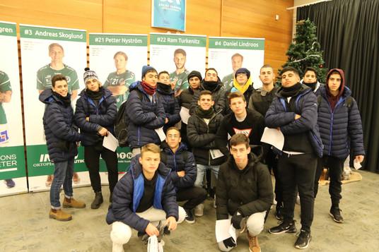 שחקני מחלקת הנוער אסא תל אביב לפני משחק