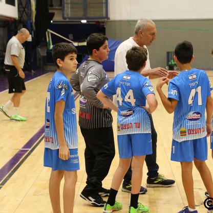 המאמן יוסי במהלך פסק זמן מתדרך את שחקניו