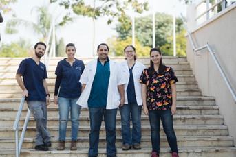 צוות מחלקת הדמיה עומד על גרם מדרגות.jpg