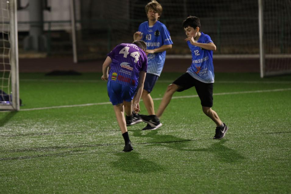 שחקני הנוער במהלך תיקול במשחק הכדורגל.jp