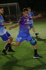 שחקן הנוער רותם בועט בכדורגל.jpg