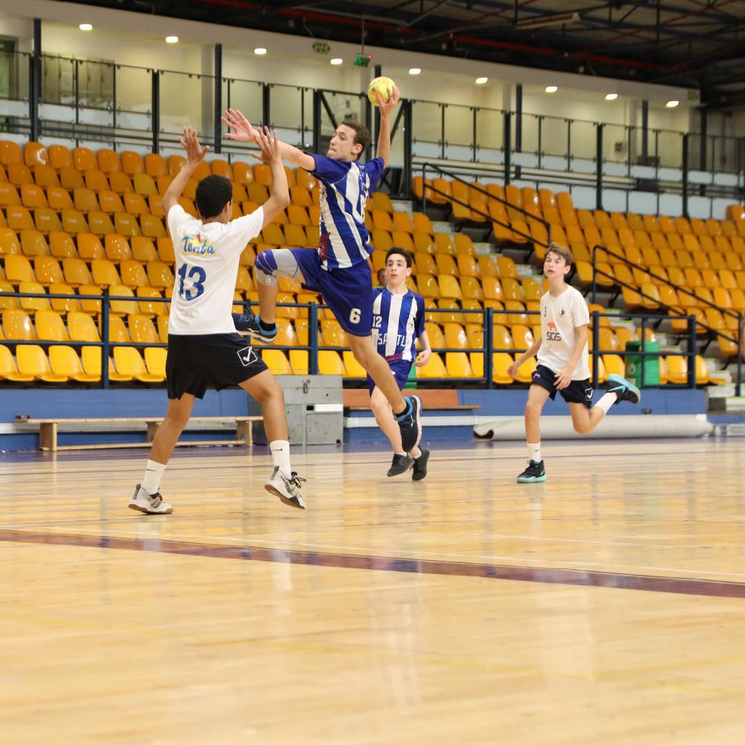 שחקן נוער אסא תל-אביב קופץ מעל שחקן יריב