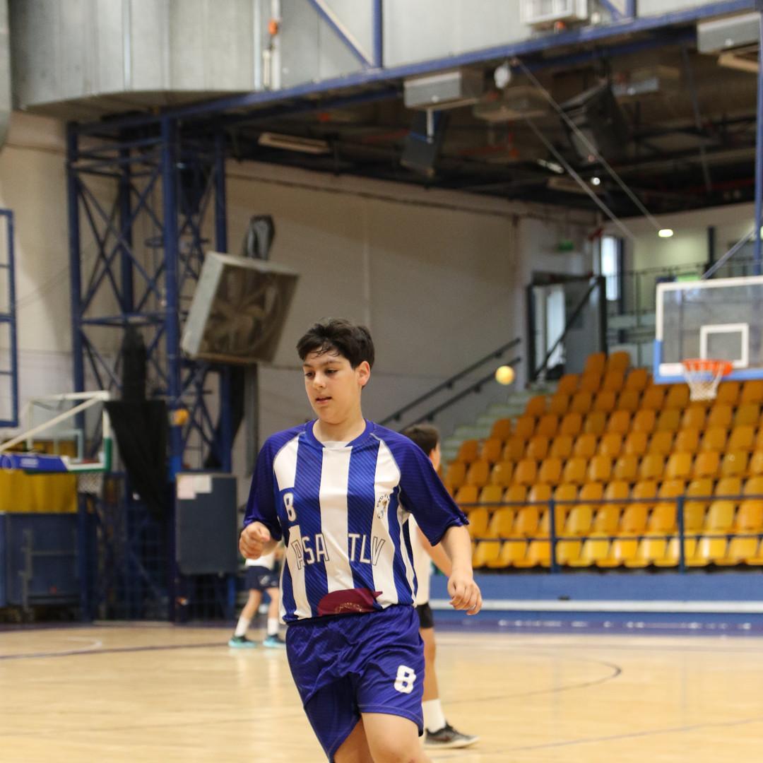 שחקן נוער אסא תל-אביב במהלך משחק.JPG