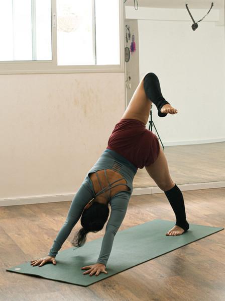 תונחות יוגה עמידה על מזרן על ידי רנטה לו