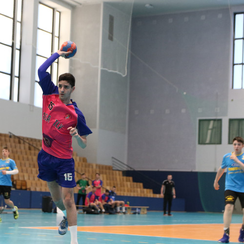 שחקן נוער אסא תל אביב מנתר ומניף יד למעלה לפני זריקת כדור