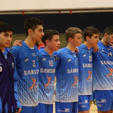 שחקני הנוער עומדים מחובקים לפני תחילת המ