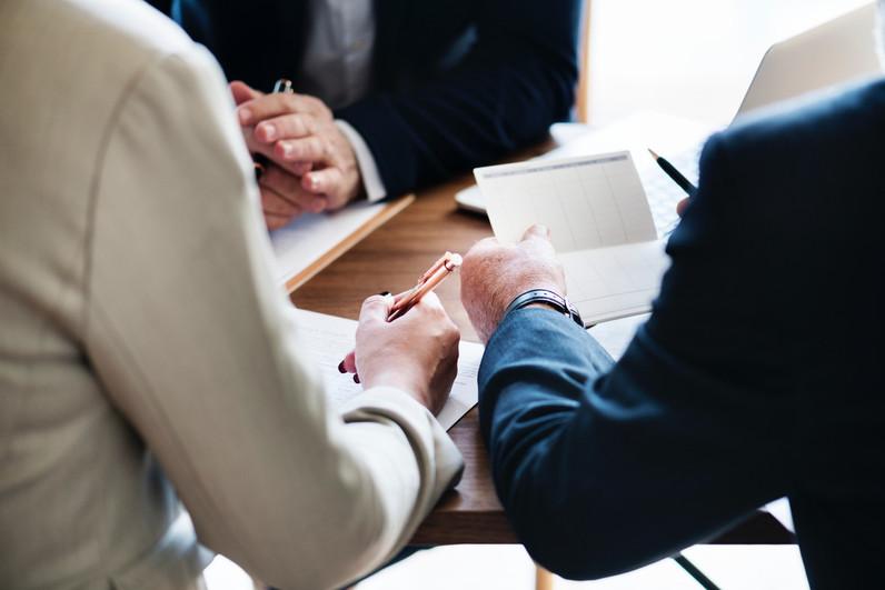 גבר ואישה אוחזים ומעיינים במסמכים