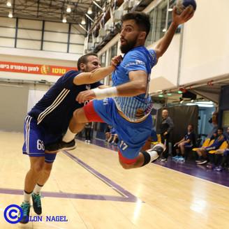 שחקן אסא זייפרט קופץ מעל שחקן במהלך קפיצ