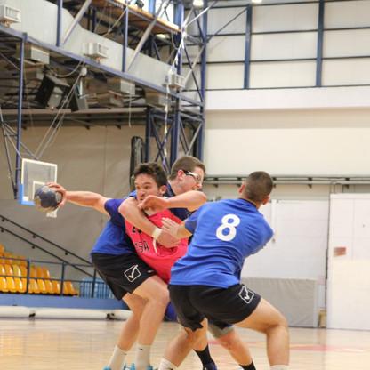 שחקן נוער אסא תל אביב מנסה להשתחל בין שני שחקני קבוצה יריבה שמנסים לבלום אותו