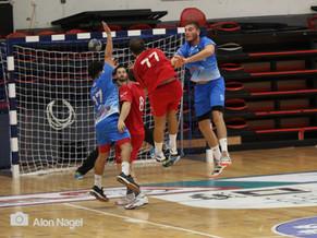 שחקני אסא תל-אביב מנסים למנוע זריקת משחק