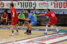 אסא תל-אביב בהתקפה מול שחקני אילת.jpg