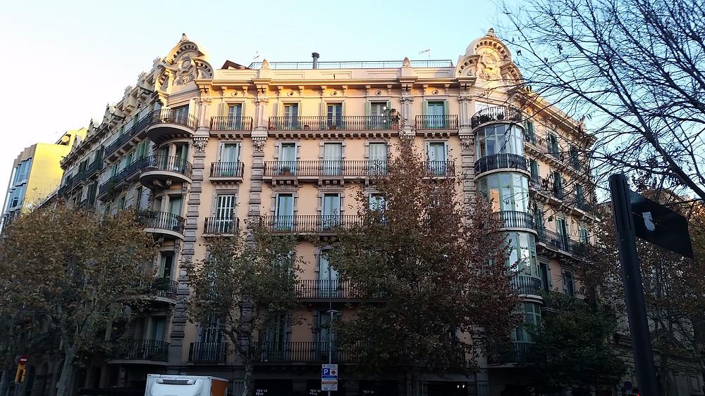 בניין מגורים ברובע אשמפלה, ברצלונה (ספרד)