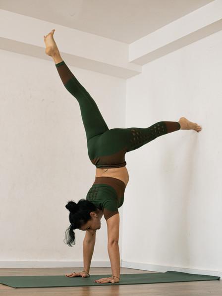 רנטה לוקאש בתנוחת יוגה עמידת ידיים.jpg