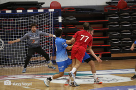 שחקני אסא תל אביב מנסים לבלום זריקת כדור